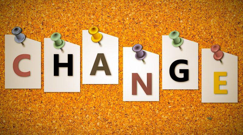 Jak zmienić nazwę na Instagramie? - instrukcja krok po kroku. Napis Change przyczepiony do żółtej tablicy korkowej